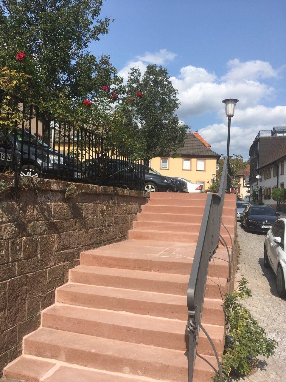 Sandsteintreppe zum alten Schulhof